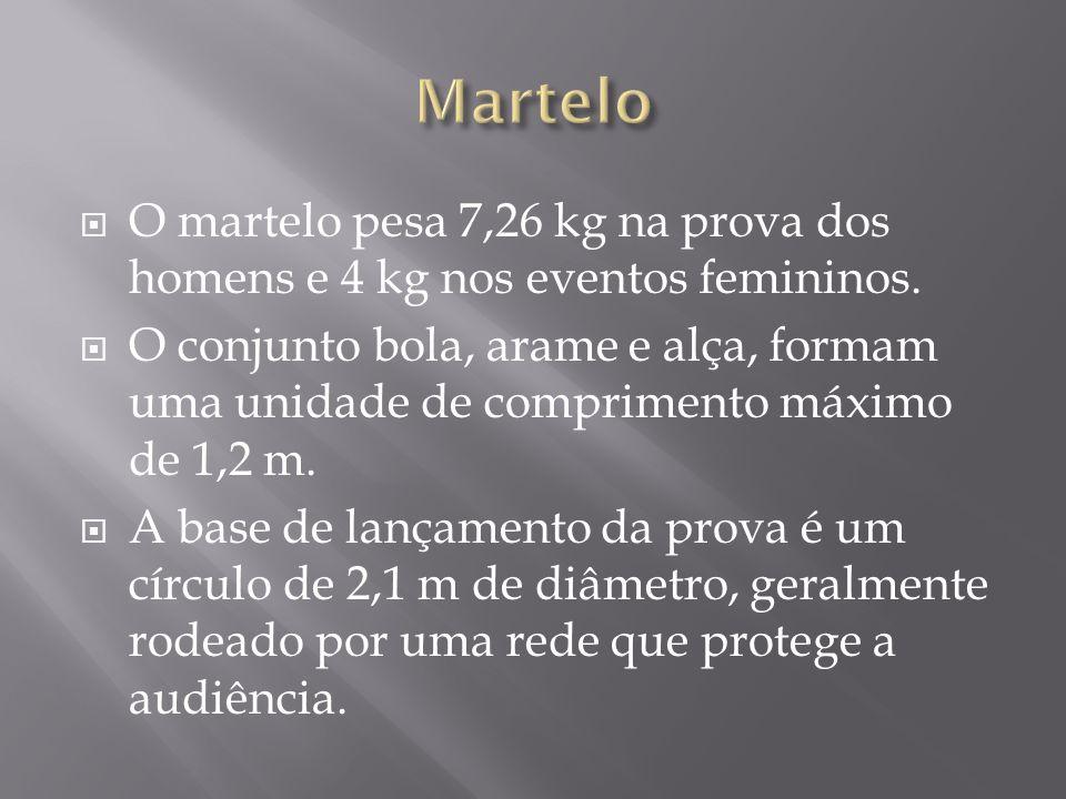 O martelo pesa 7,26 kg na prova dos homens e 4 kg nos eventos femininos. O conjunto bola, arame e alça, formam uma unidade de comprimento máximo de 1,