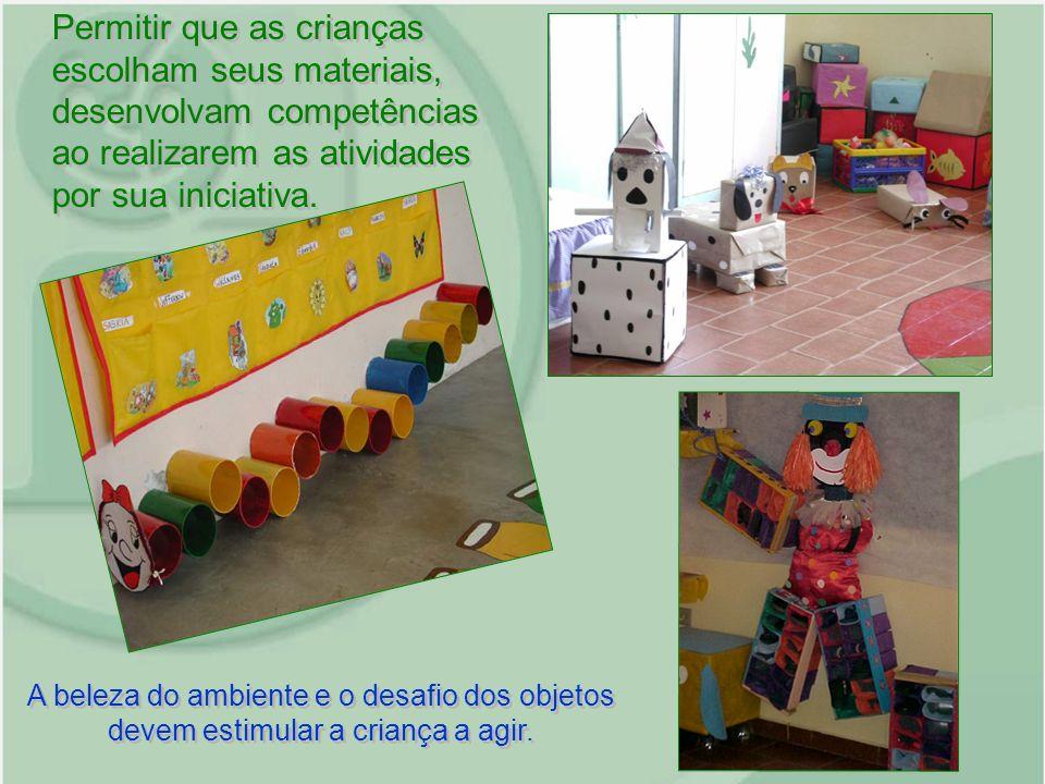 A beleza do ambiente e o desafio dos objetos devem estimular a criança a agir. Permitir que as crianças escolham seus materiais, desenvolvam competênc
