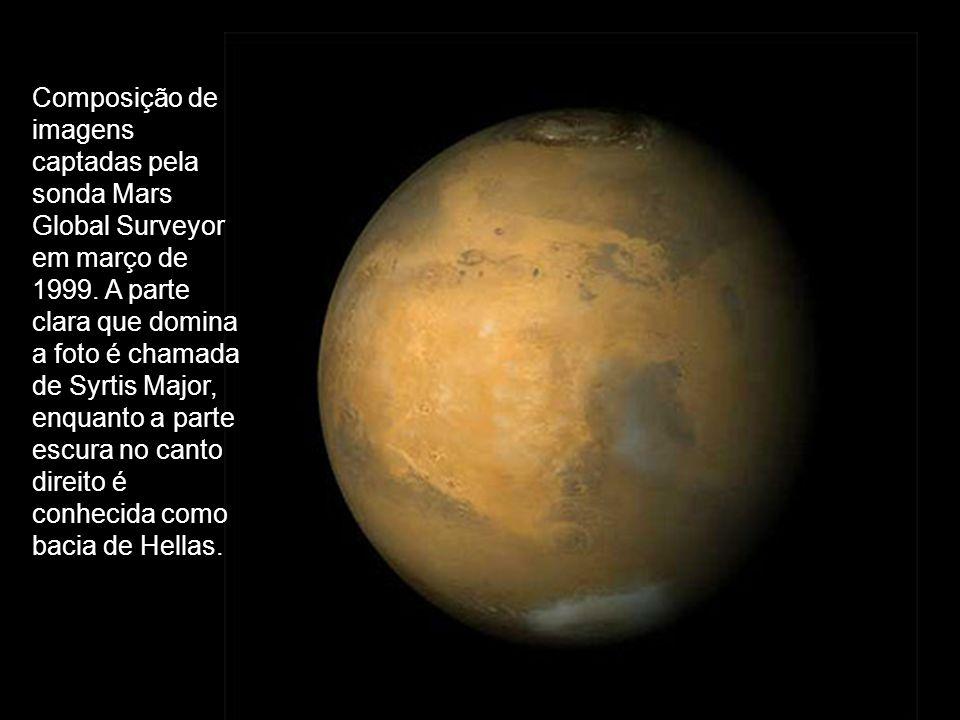 Composição de imagens captadas pela sonda Mars Global Surveyor em março de 1999. A parte clara que domina a foto é chamada de Syrtis Major, enquanto a
