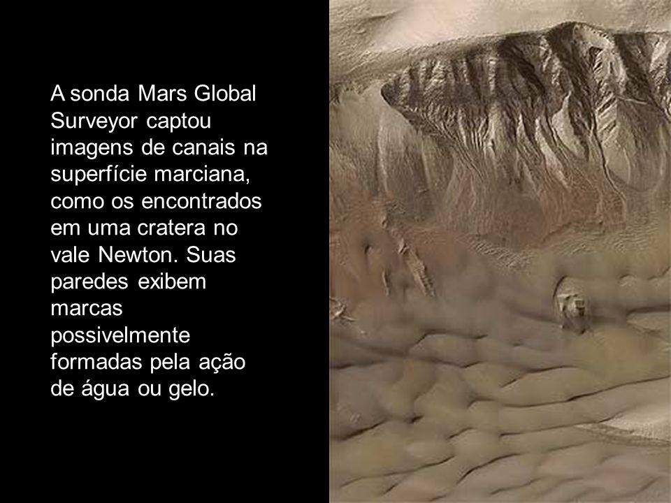 A sonda Mars Global Surveyor captou imagens de canais na superfície marciana, como os encontrados em uma cratera no vale Newton. Suas paredes exibem m