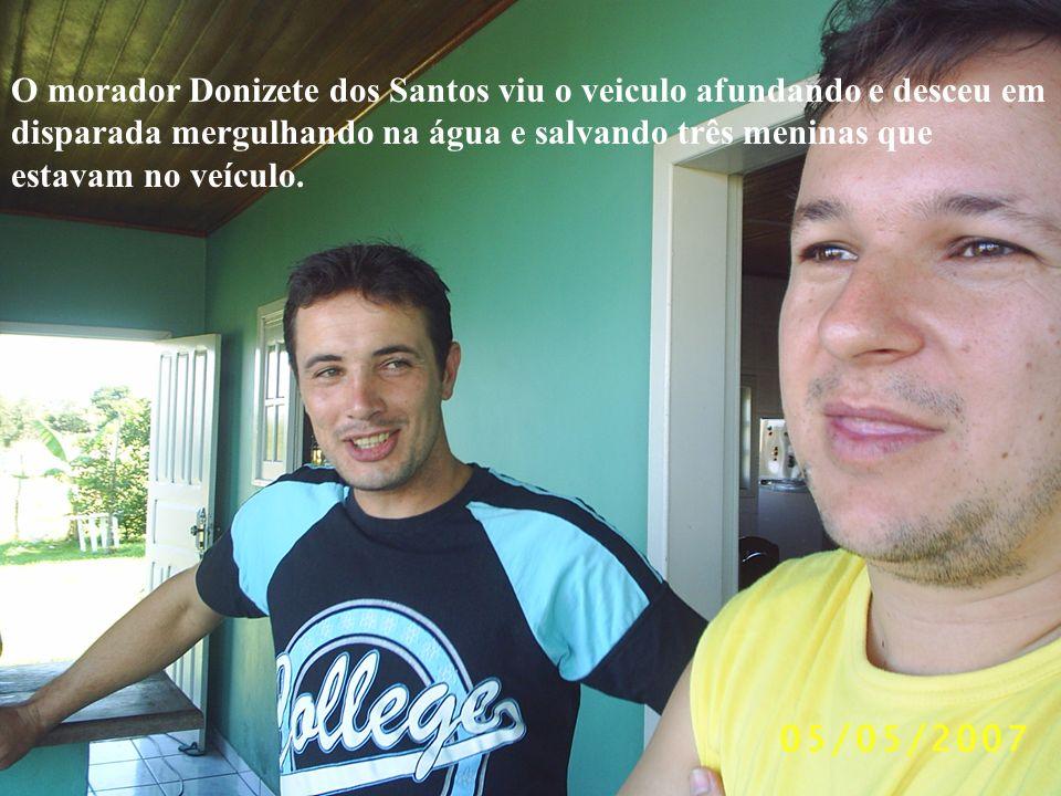 O morador Donizete dos Santos viu o veiculo afundando e desceu em disparada mergulhando na água e salvando três meninas que estavam no veículo.