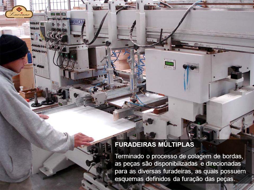FURADEIRAS MÚLTIPLAS Terminado o processo de colagem de bordas, as peças são disponibilizadas e direcionadas para as diversas furadeiras, as quais pos