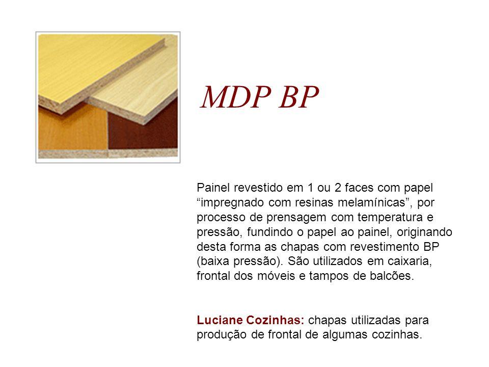 MDF BP Painel de MDF revestido em 1 ou 2 faces com papel impregnado com resinas melamínicas, por processo de prensagem com temperatura e pressão, fundindo o papel ao painel.
