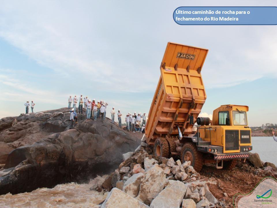Último caminhão de rocha para o fechamento do Rio Madeira