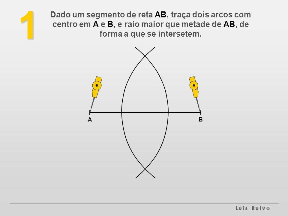 1 AB Dado um segmento de reta AB, traça dois arcos com centro em A e B, e raio maior que metade de AB, de forma a que se intersetem.