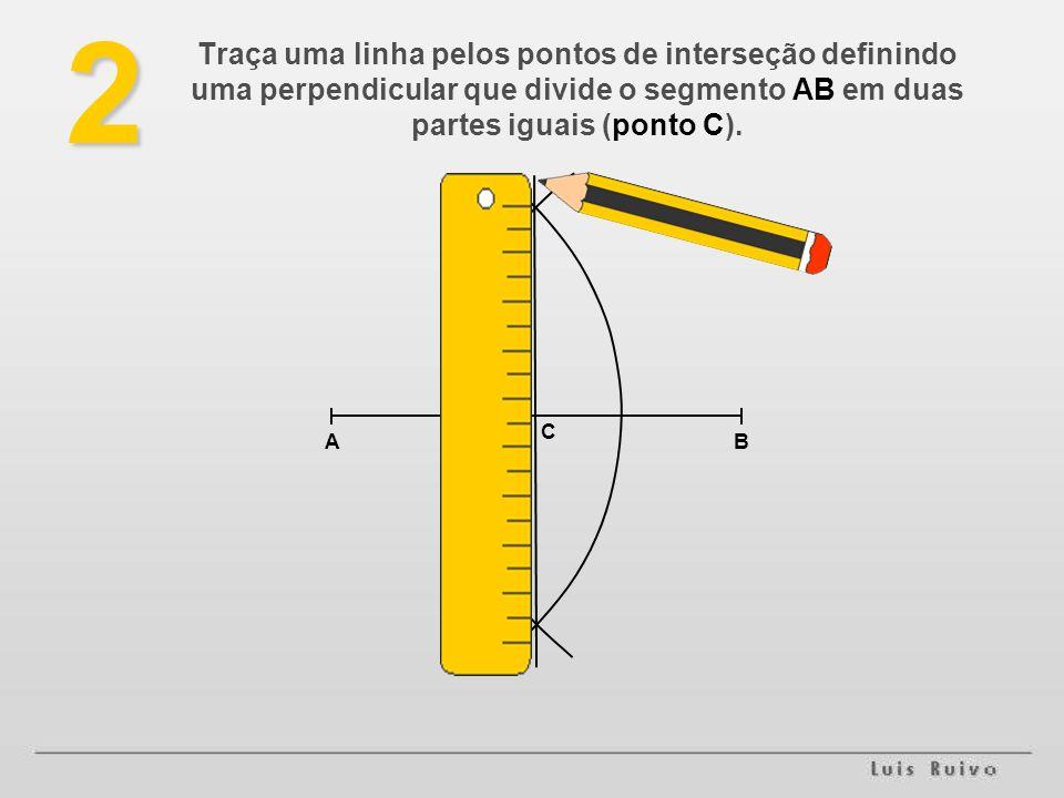 2 AB C Traça uma linha pelos pontos de interseção definindo uma perpendicular que divide o segmento AB em duas partes iguais (ponto C).