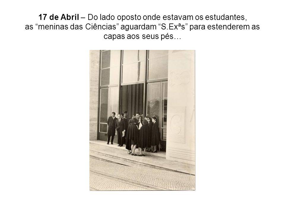 17 de Abril – Do lado oposto onde estavam os estudantes, as meninas das Ciências aguardam S.Exªs para estenderem as capas aos seus pés…