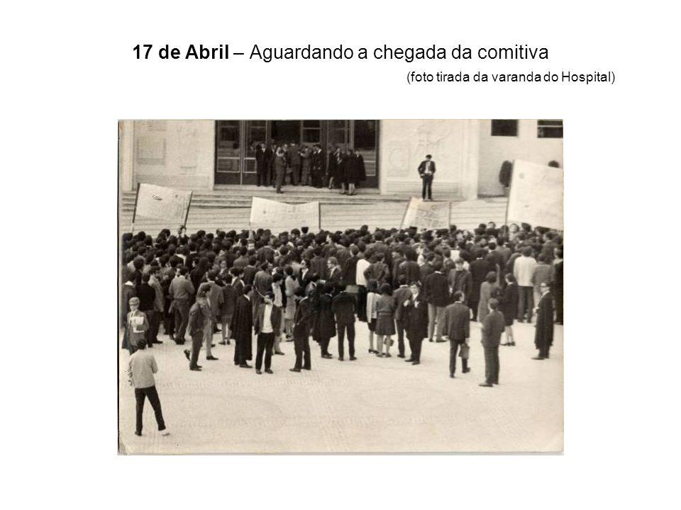 17 de Abril – Aguardando a chegada da comitiva (foto tirada da varanda do Hospital)