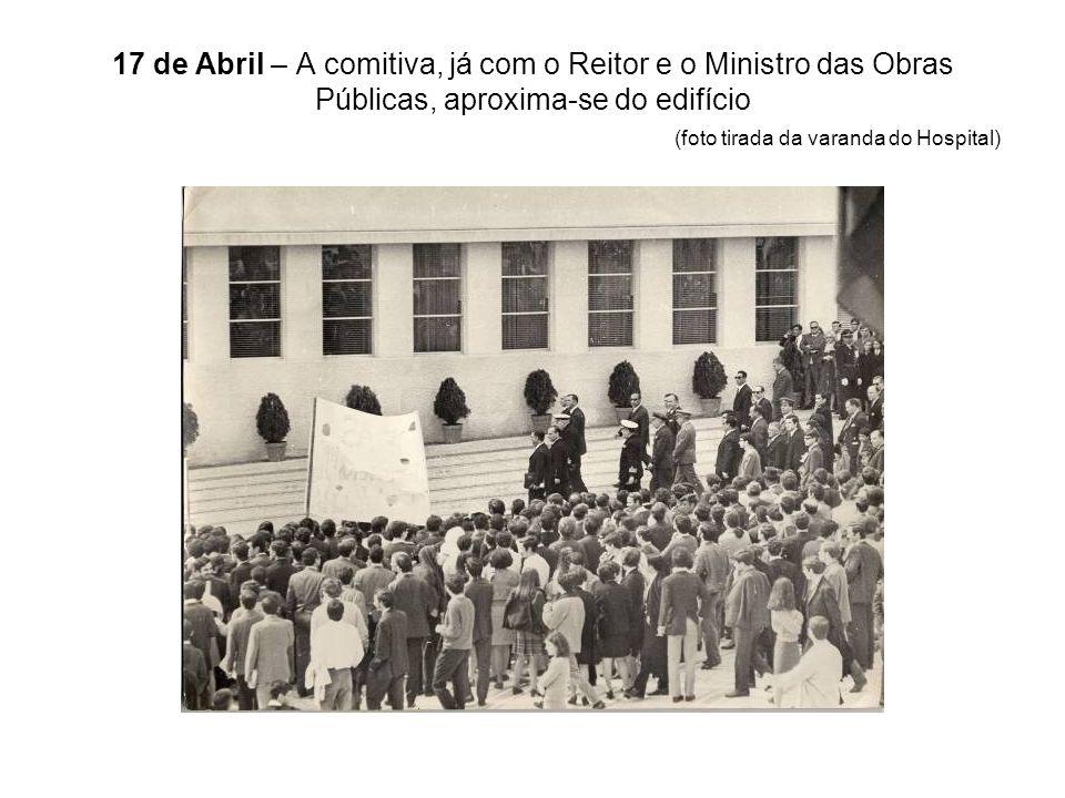 17 de Abril – A comitiva, já com o Reitor e o Ministro das Obras Públicas, aproxima-se do edifício (foto tirada da varanda do Hospital)