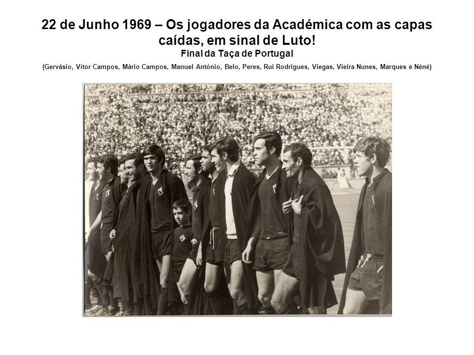 22 de Junho 1969 – Os jogadores da Académica com as capas caídas, em sinal de Luto! Final da Taça de Portugal (Gervásio, Vítor Campos, Mário Campos, M