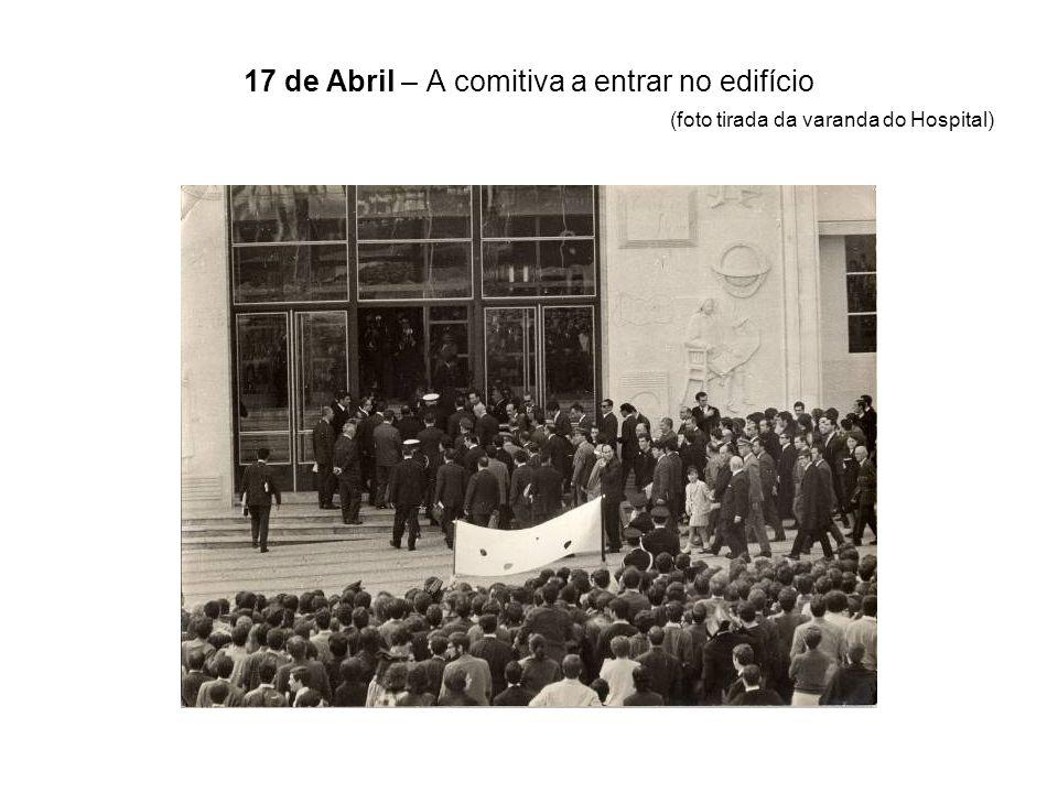 17 de Abril – A comitiva a entrar no edifício (foto tirada da varanda do Hospital)
