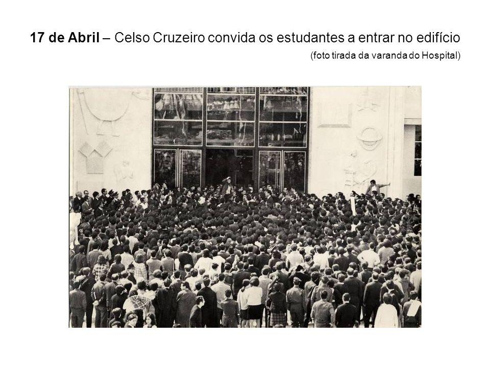 17 de Abril – Celso Cruzeiro convida os estudantes a entrar no edifício (foto tirada da varanda do Hospital)