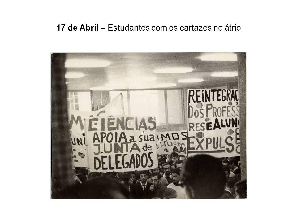17 de Abril – Estudantes com os cartazes no átrio