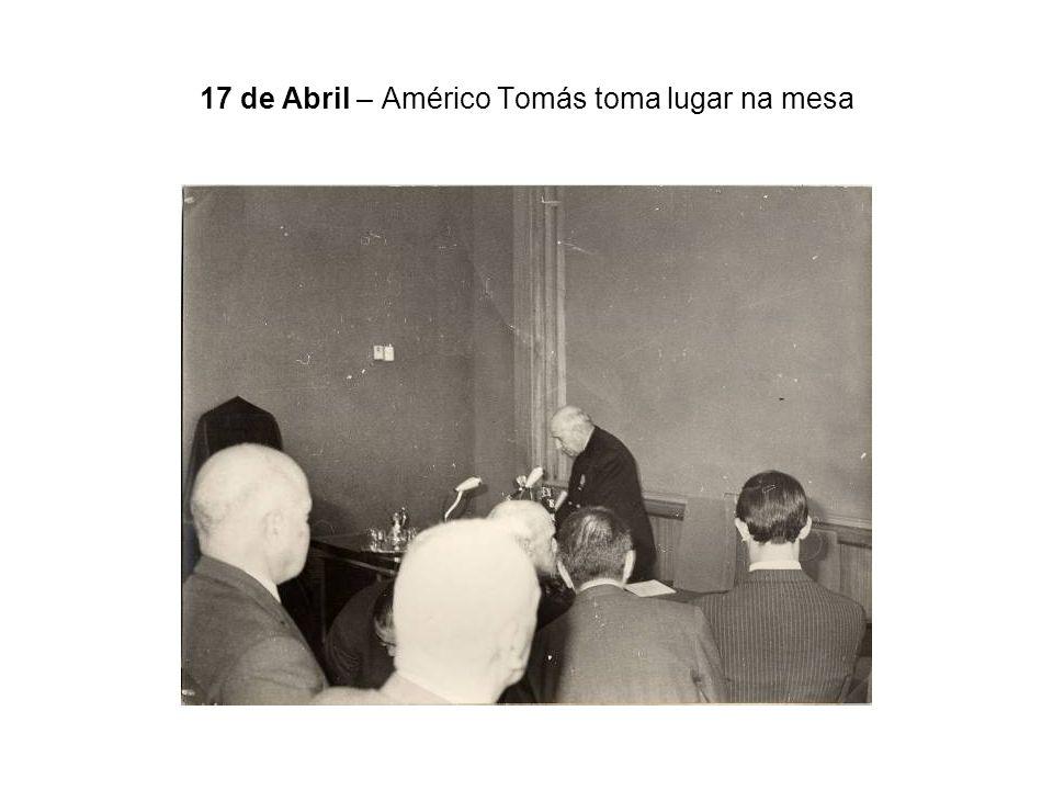 17 de Abril – Américo Tomás toma lugar na mesa