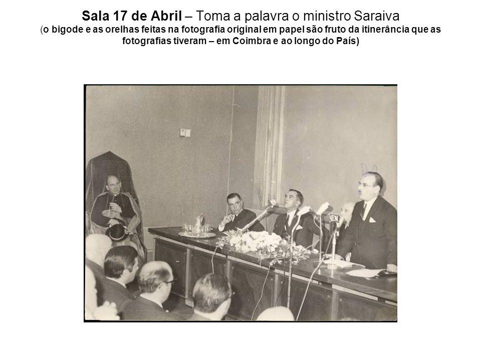 Sala 17 de Abril – Toma a palavra o ministro Saraiva (o bigode e as orelhas feitas na fotografia original em papel são fruto da itinerância que as fot