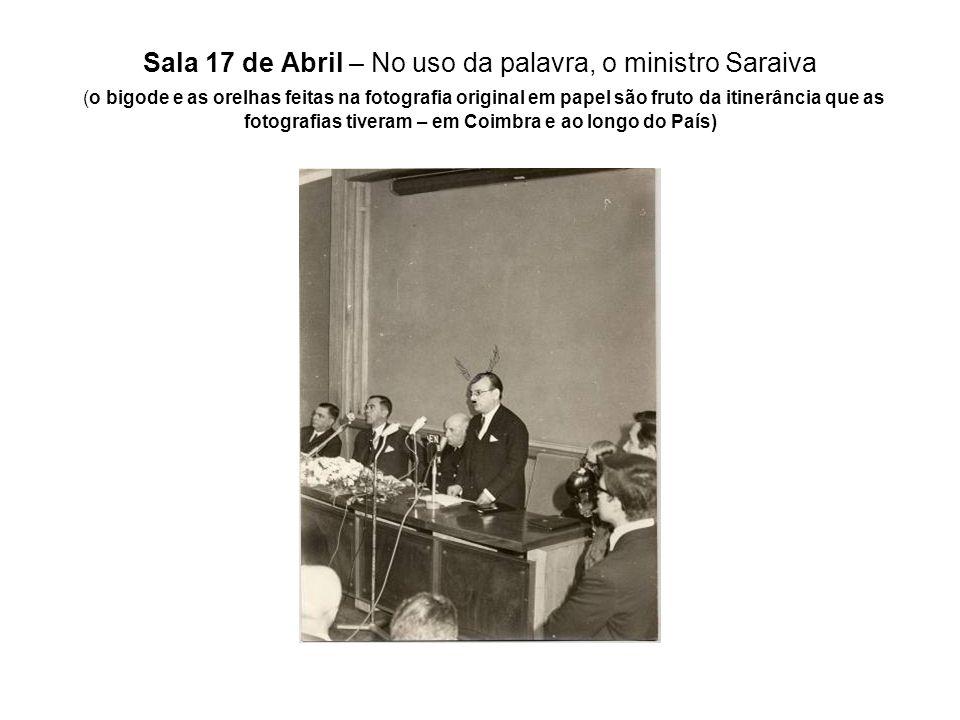 Sala 17 de Abril – No uso da palavra, o ministro Saraiva (o bigode e as orelhas feitas na fotografia original em papel são fruto da itinerância que as
