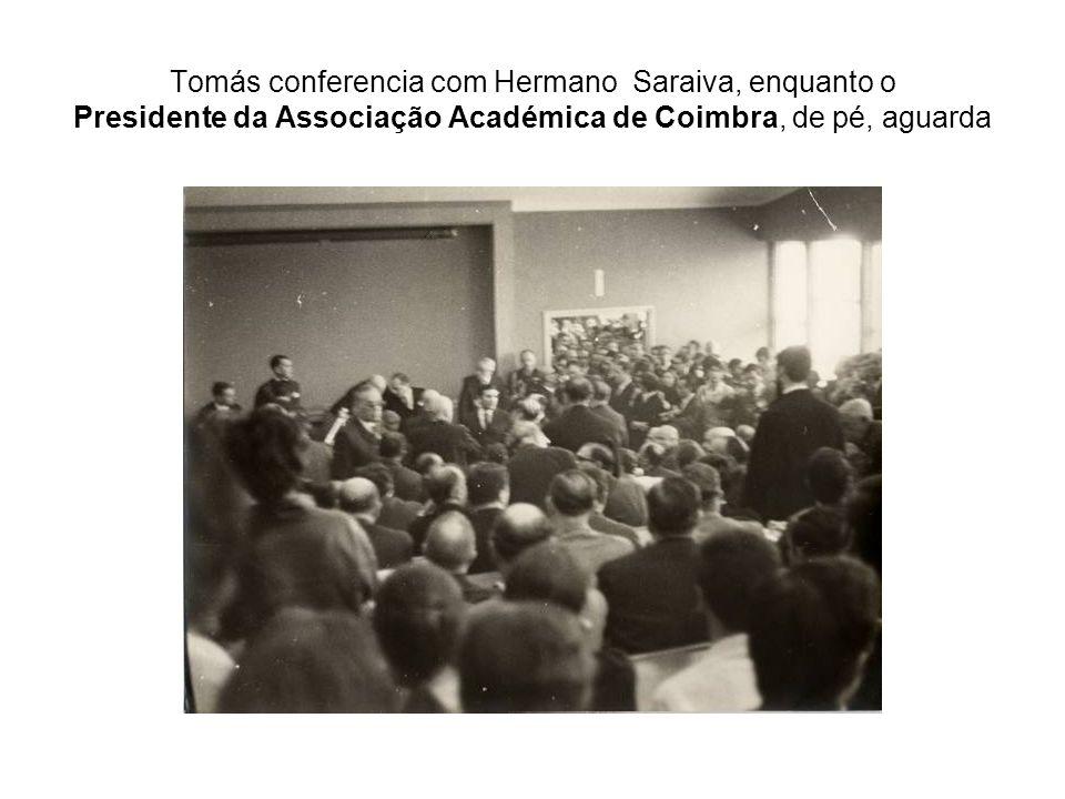 Tomás conferencia com Hermano Saraiva, enquanto o Presidente da Associação Académica de Coimbra, de pé, aguarda