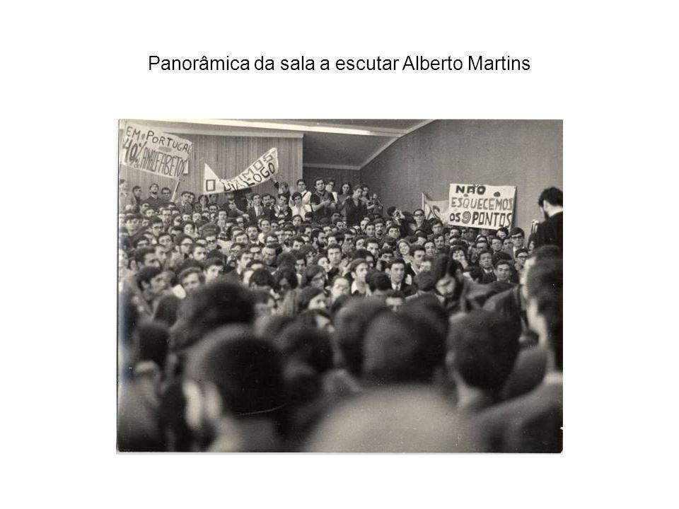 Panorâmica da sala a escutar Alberto Martins