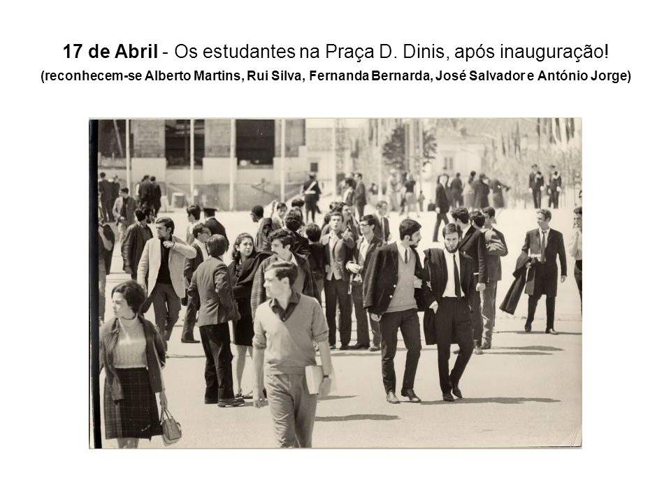 17 de Abril - Os estudantes na Praça D. Dinis, após inauguração! (reconhecem-se Alberto Martins, Rui Silva, Fernanda Bernarda, José Salvador e António