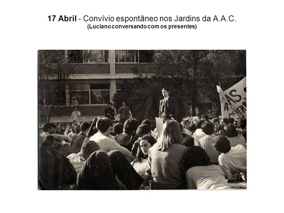 17 Abril - Convívio espontâneo nos Jardins da A.A.C. (Luciano conversando com os presentes)