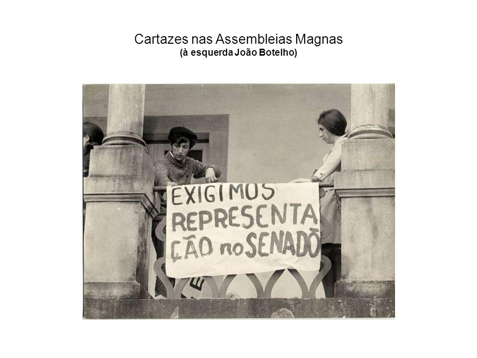 Cartazes nas Assembleias Magnas (à esquerda João Botelho)