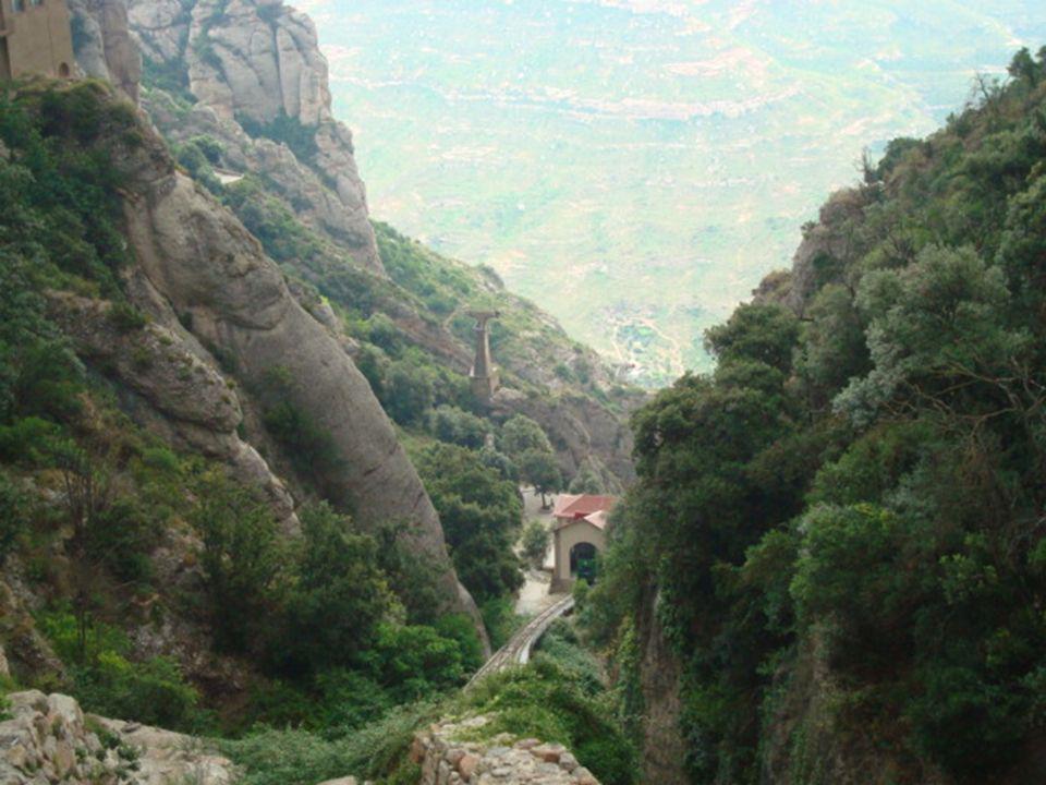 Dois ascensores servem o Santuário, um dos quais, o de Santa Cova, leva-nos ao topo do maciço rochoso.