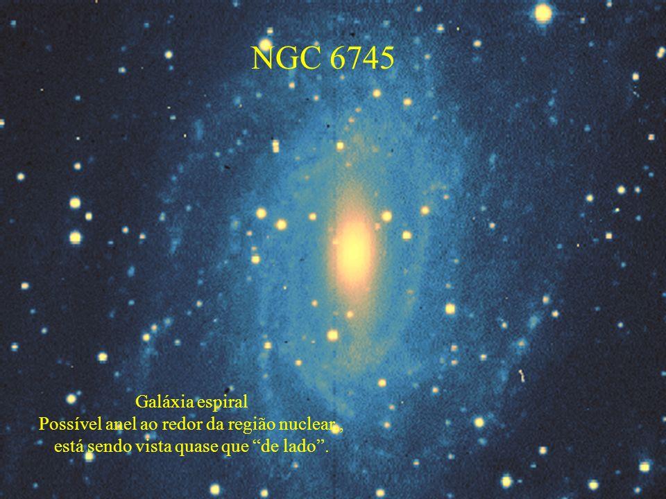 NGC 6745 Galáxia espiral Possível anel ao redor da região nuclear,, está sendo vista quase que de lado.