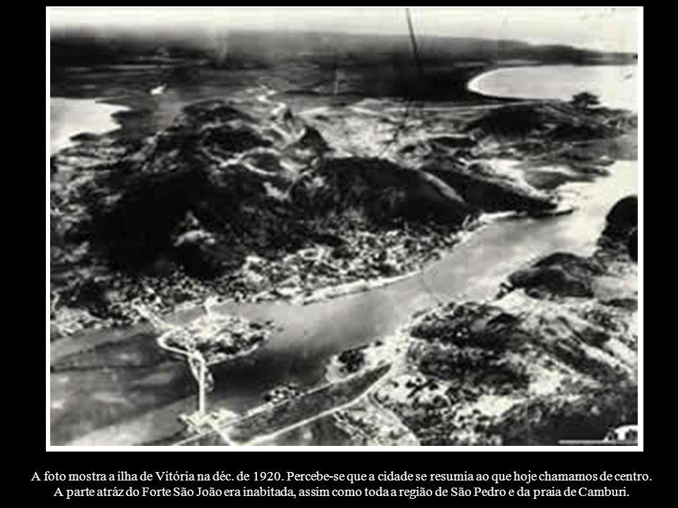 A foto mostra a ilha de Vitória na déc. de 1920. Percebe-se que a cidade se resumia ao que hoje chamamos de centro. A parte atráz do Forte São João er