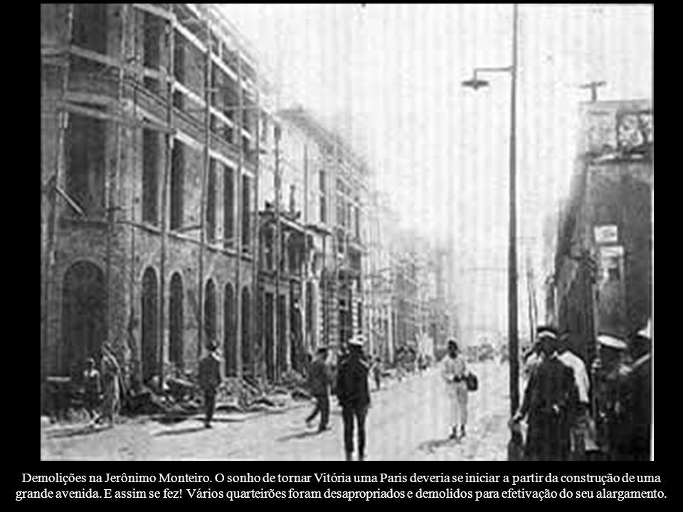Demolições na Jerônimo Monteiro. O sonho de tornar Vitória uma Paris deveria se iniciar a partir da construção de uma grande avenida. E assim se fez!