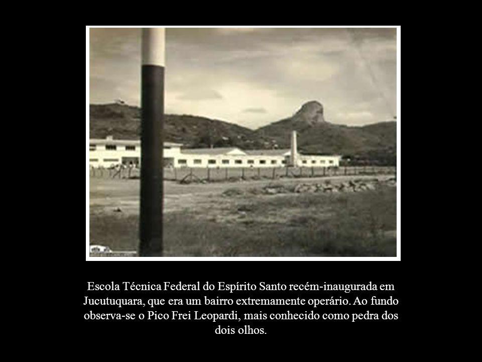 Escola Técnica Federal do Espírito Santo recém-inaugurada em Jucutuquara, que era um bairro extremamente operário. Ao fundo observa-se o Pico Frei Leo