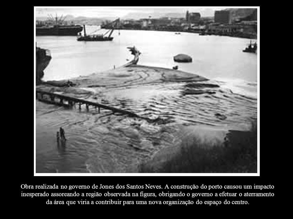 Obra realizada no governo de Jones dos Santos Neves. A construção do porto causou um impacto inesperado assoreando a região observada na figura, obrig