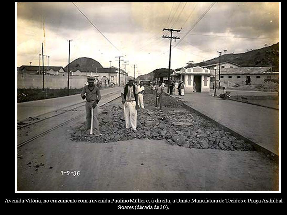 Avenida Vitória, no cruzamento com a avenida Paulino Müller e, à direita, a União Manufatura de Tecidos e Praça Asdrúbal Soares (década de 30).