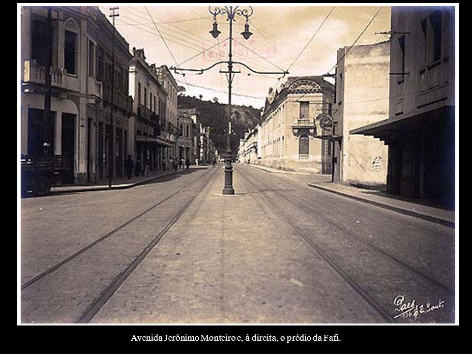 Avenida Jerônimo Monteiro e, à direita, o prédio da Fafi.