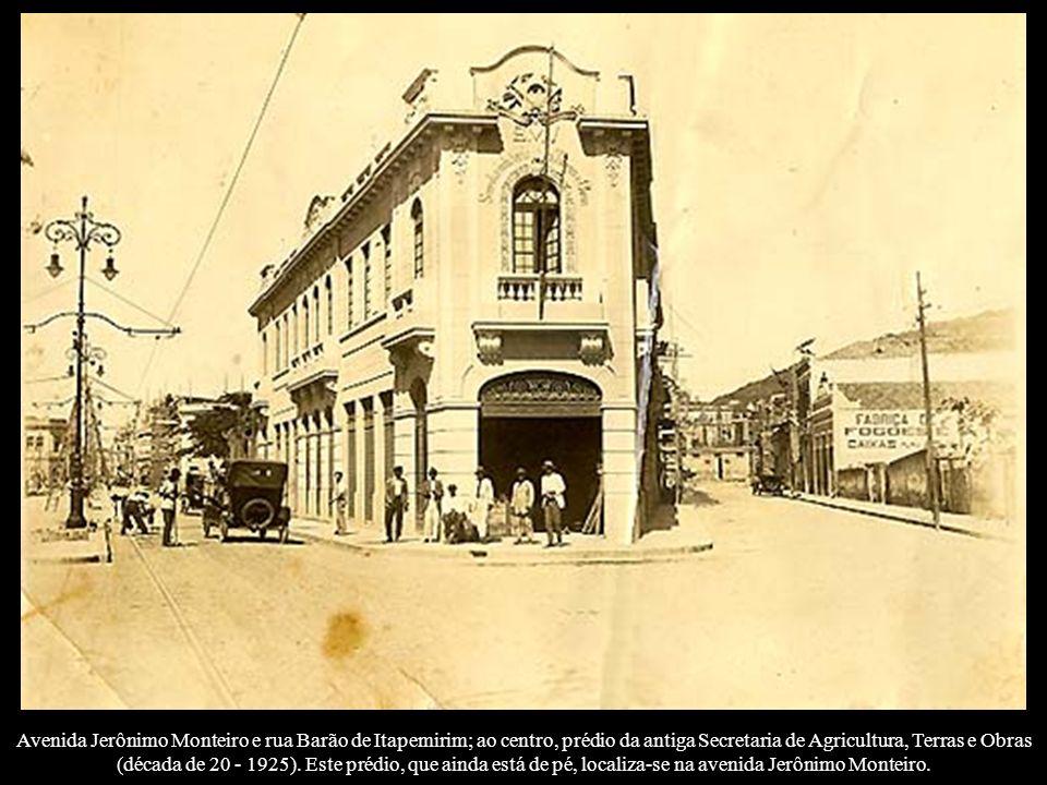 Avenida Jerônimo Monteiro e rua Barão de Itapemirim; ao centro, prédio da antiga Secretaria de Agricultura, Terras e Obras (década de 20 - 1925).