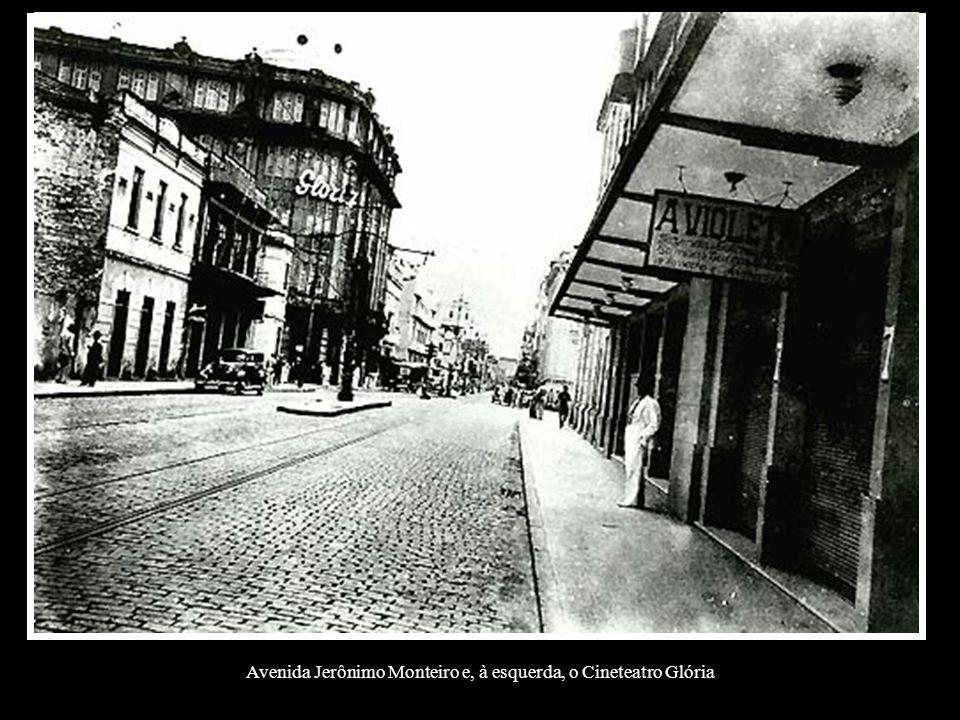 Avenida Jerônimo Monteiro e, à esquerda, o Cineteatro Glória