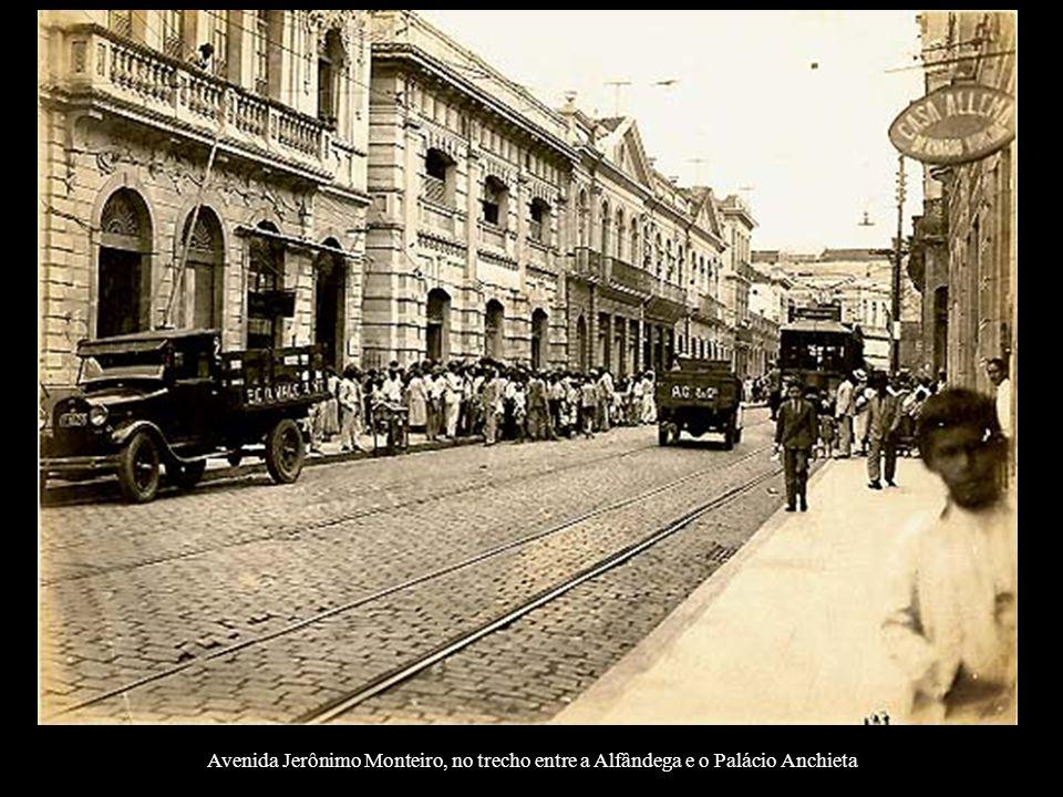 Avenida Jerônimo Monteiro, no trecho entre a Alfândega e o Palácio Anchieta