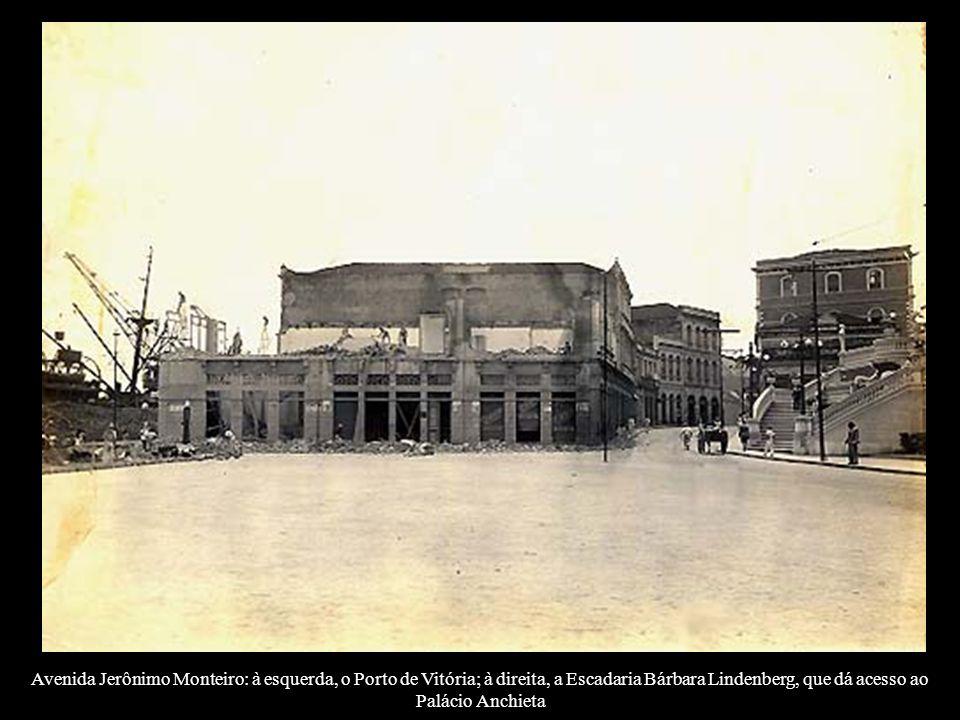 Avenida Jerônimo Monteiro: à esquerda, o Porto de Vitória; à direita, a Escadaria Bárbara Lindenberg, que dá acesso ao Palácio Anchieta