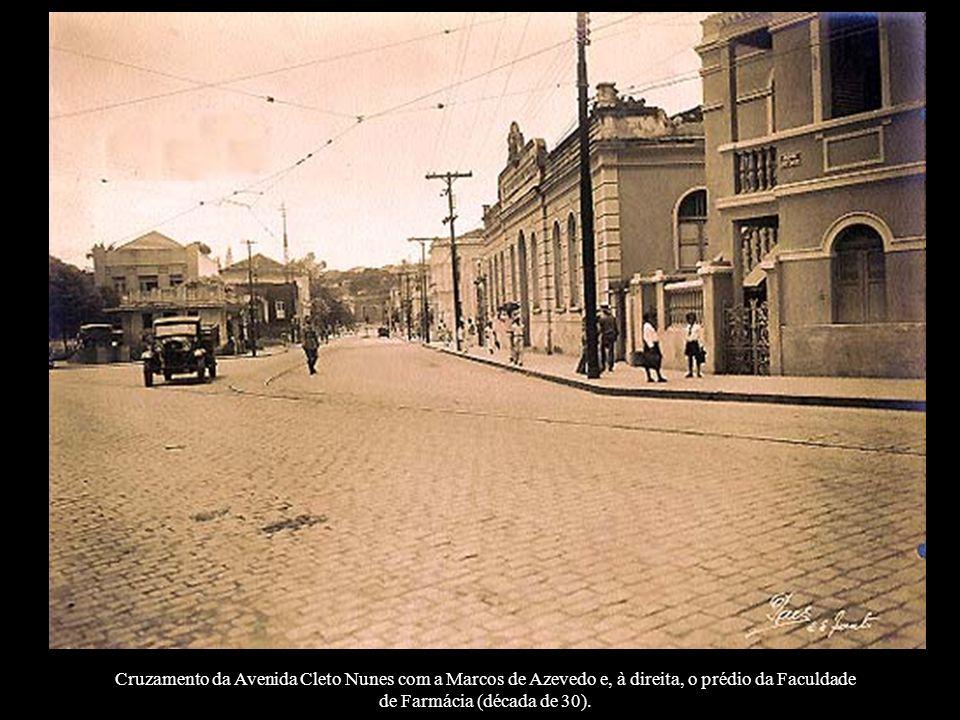 Cruzamento da Avenida Cleto Nunes com a Marcos de Azevedo e, à direita, o prédio da Faculdade de Farmácia (década de 30).