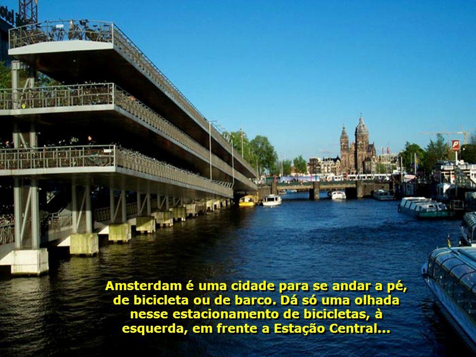 Veja que maravilhosa seqüência de 7 pontes ao fundo, nesses canais...