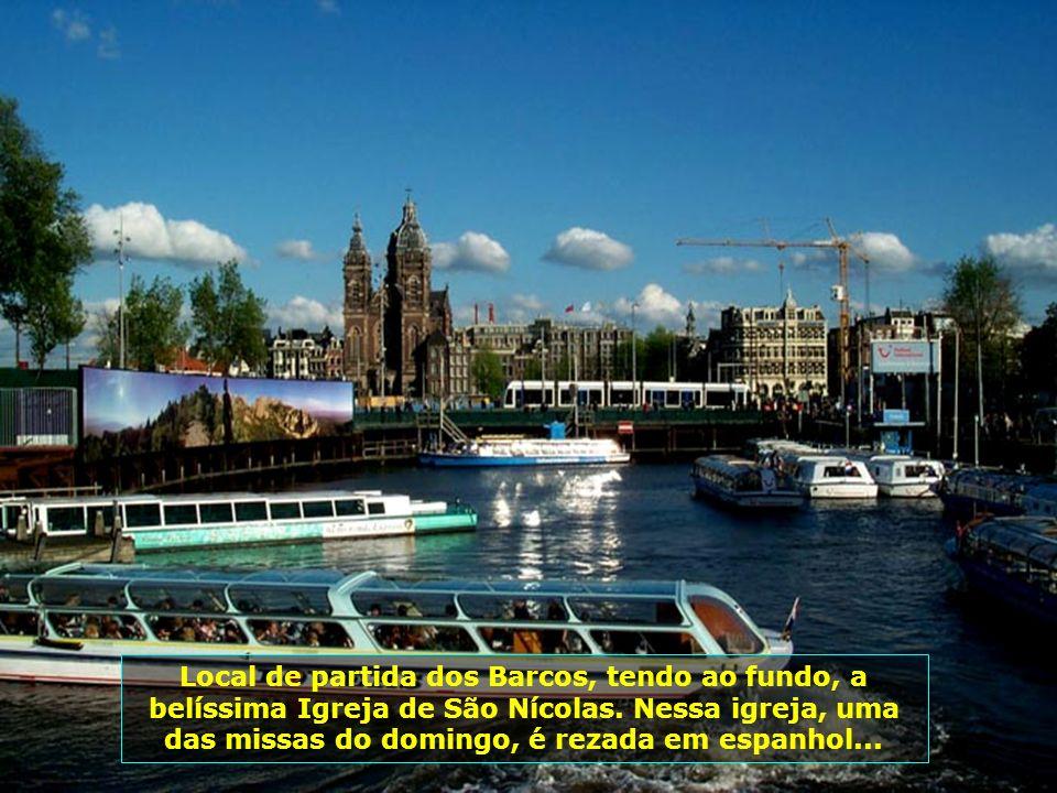 O passeio é feito nesses barcos, com capacidade para 200 pessoas, muito seguro, confortável e com serviço de bar a bordo...