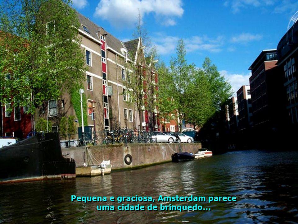 Amsterdam é carinhosamente conhecida como a Veneza do Norte Europeu, por conta dos seus canais que cortam toda a cidade.