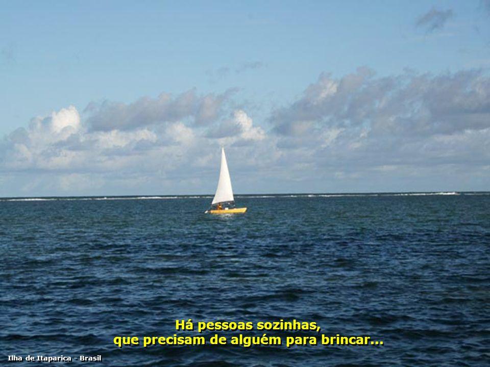 Há pessoas tímidas, que precisam de alguém que as ajudem vencer a timidez... Ilha de Itaparica - Brasil