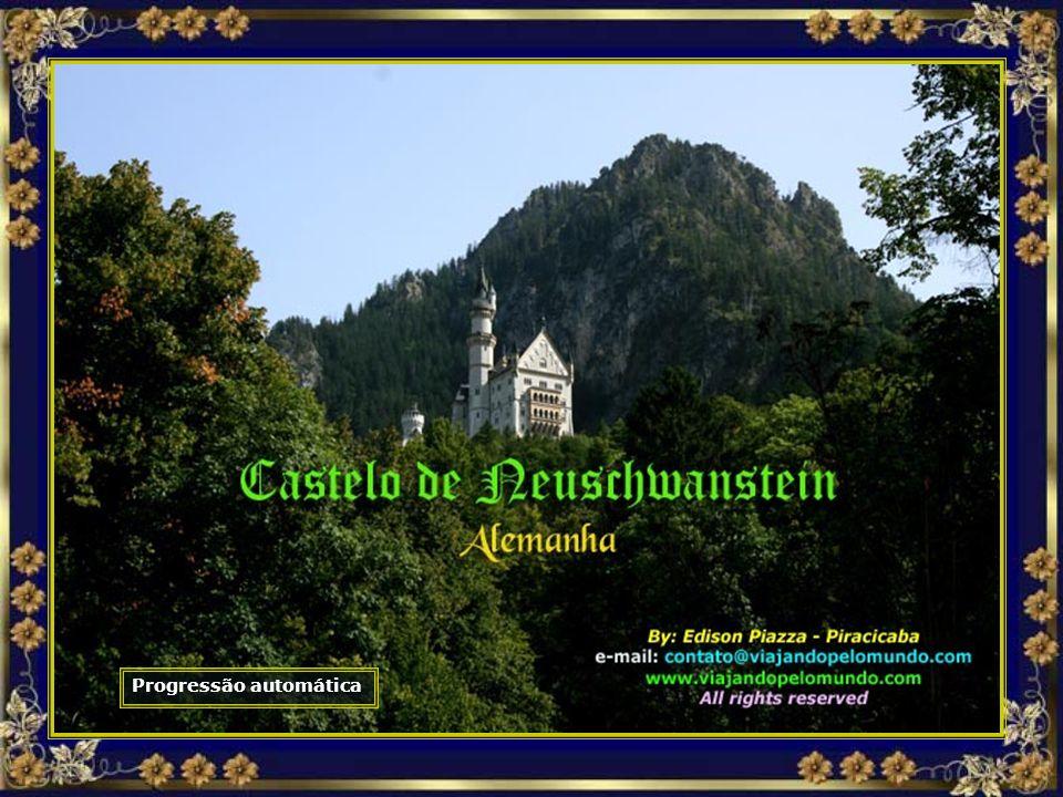 As janelas do castelo enquadram paisagens como as das páginas de um livro de histórias completo, com florestas, lagos cobertos por névoa e picos maravilhosos...