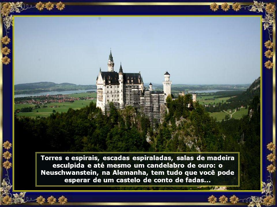 Lá está ele, imponente, lindo e maravilhoso. Sua arquitetura possui um estilo fantástico, a qual serviu de inspiração ao Castelo da Cinderela