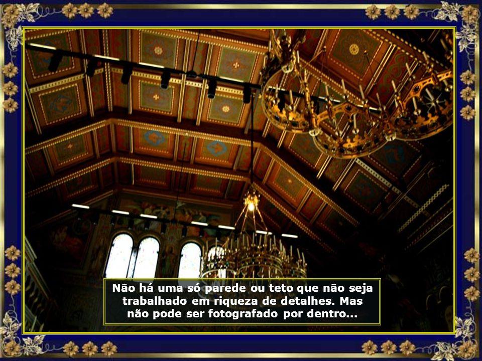 As janelas do castelo enquadram paisagens como as das páginas de um livro de histórias completo, com florestas, lagos cobertos por névoa e picos marav