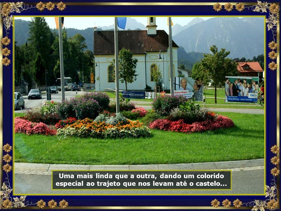 Casas floridas, muito floridas, enfeitam os caminhos...