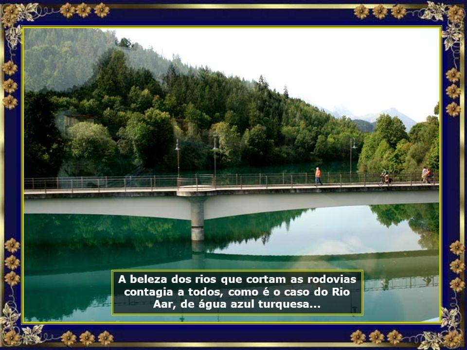 A beleza dos rios que cortam as rodovias contagia a todos, como é o caso do Rio Aar, de água azul turquesa...