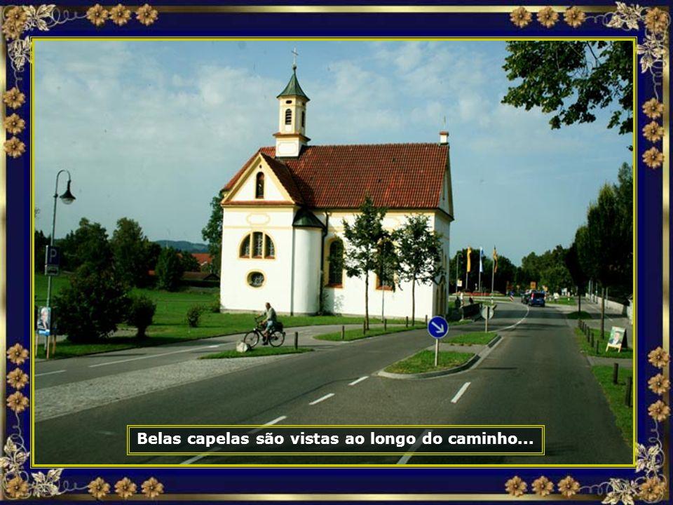 Belas capelas são vistas ao longo do caminho...