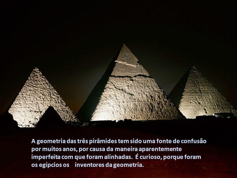 No dia do solstício de inverno, visto da entrada da Grande Pirâmide, o Sol nasce exatamente do lado esquerdo da base da cabeça da Esfinge e passa toda