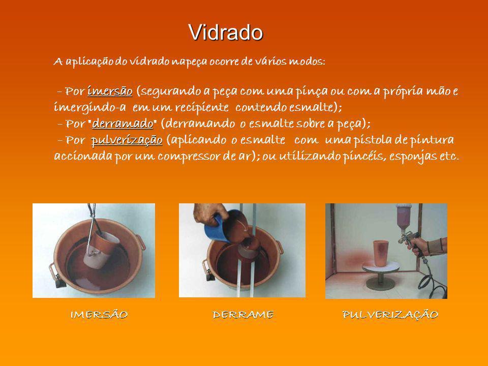 A aplicação do vidrado napeça ocorre de vários modos: imersão - Por imersão (segurando a peça com uma pinça ou com a própria mão e imergindo-a em um r